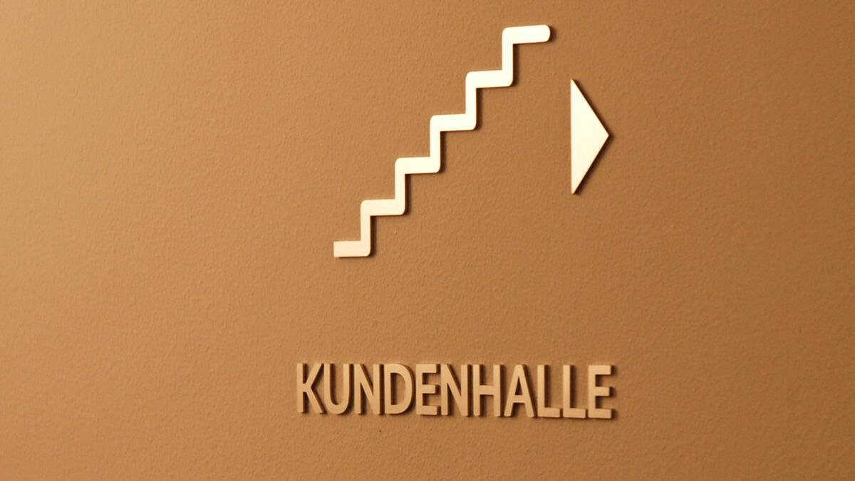 Anka Werbung - Messebau Bremen - Werbetechnik Beschilderung - Hinweisbeschilderung Treppenhaus