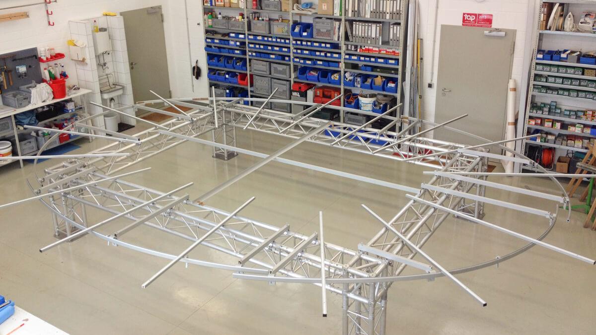 Anka Werbung - Messebau Bremen - Ausstellungen - Montage Oval Traverse (Sparkasse Bremer Immobilientage 2015)